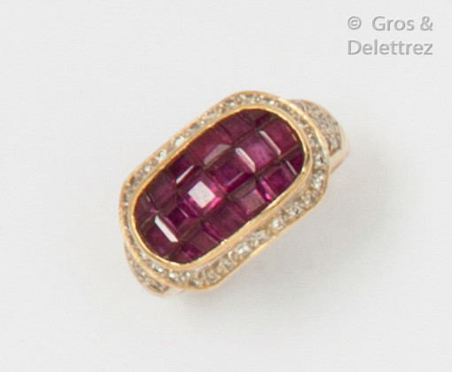 Yellow gold ring, adorned with an oblong motif...