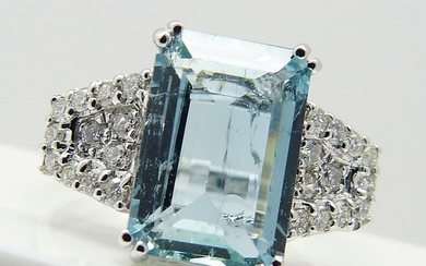 3.15 CT AQUAMARINE & DIAMOND RING.