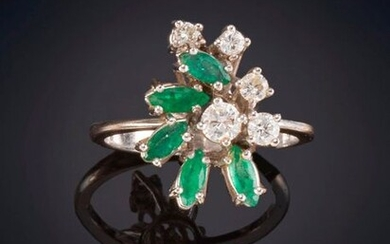 80's RING OF BRIGHTNESS AND EMERALDS ON STAIRS Lightweight 18K white gold frame Price: 200,00 Euros. (33.277 Ptas.)