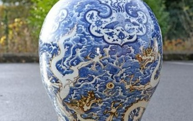 A LARGE CHINESE BLUE AND WHITE FLOOR STANDING VASE, of