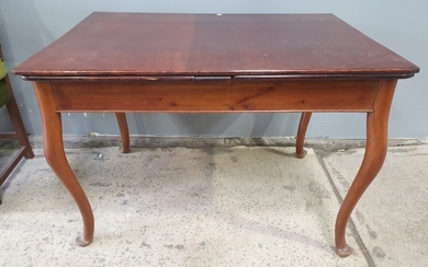 A QUEEN ANNE STYLE MAHOGANY EXTENSION TABLE