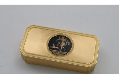 AN EARLY 19TH CENTURY CONTINENTAL GOLD SNUFF BOX of canted r...