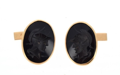 Pair of cufflinks in 18 K (750 °/°°) yellow gold with oval tables, set with onyx intaglioes decorated with busts of warriors in profile.