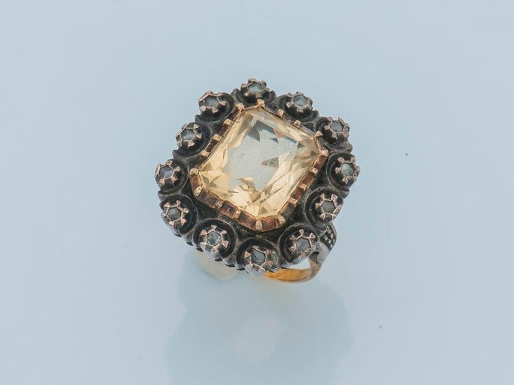 Ring in 18 karat yellow gold (750 thousandths) and silver (800 thousandths) decorated with a rectangular citrine of about 4.2 carats in a strass setting.