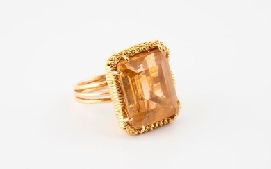 Ring with twisted yellow gold (750) strings holding between four claws a rectangular citrine cut in degrees.