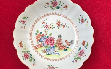 A CHINESE FAMILLE ROSE DEEP DISH DECORATED WITH COCKERELS - Porcelain - China - Qianlong (1736-1795)