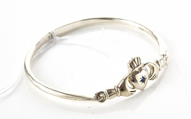 A CLADDAGH BANGLE SET WITH A BLUE PASTE IN SILVER, INNER DIAMETER 57MM