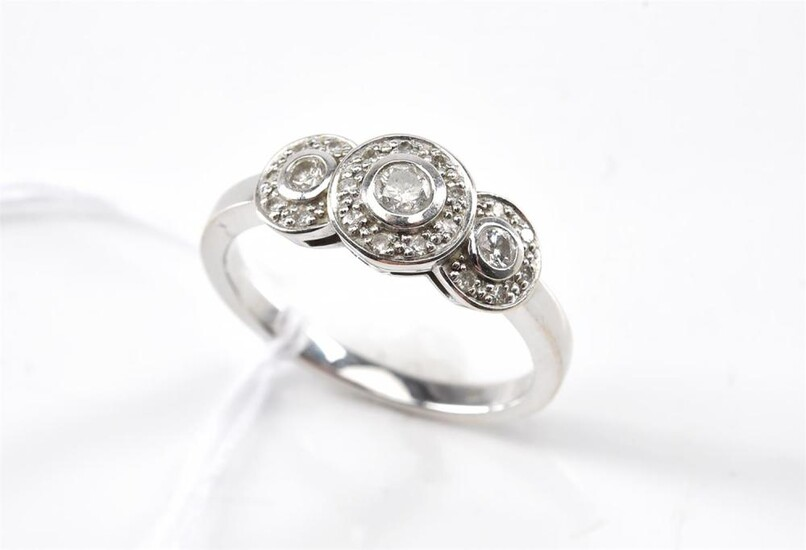 A DIAMOND CLUSTER RING IN 9CT WHITE GOLD, RING SIZE N, 3.3GMS