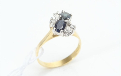 A SAPPHIRE AND DIAMOND DRESS RING IN TWO TONE 18CT GOLD, SIZE M-N, 3.5GMS