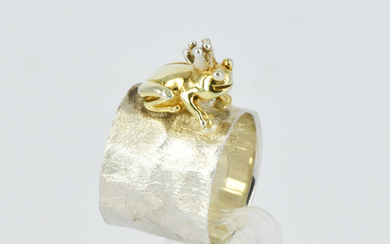 A STERLING SILVER RING