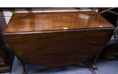 ANTIQUE MAHOGANY OVAL DROPLEAF TABLE Measures 105cm wide, 7...