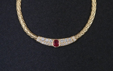 FLEXIBLE NECKLACE in 750-thousandths yellow gold, the chevron-decorated links holding in the centre a motif adorned with a cushion-set ruby between lines of round brilliant diamonds. Length. 44.5 cm. Gross weight: 38.1 g. Supple yellow gold necklace...
