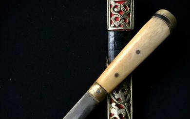 Knife (1) - Bone, Buffalo horn, Leather, Silver, Steel, Textile - Pugnale sino-tibetano fodero in argento - Tibet - 19th century