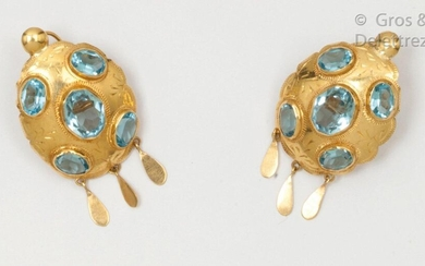 Pair of yellow gold earrings chased with flowers, each adorned with faceted oval topazes holding three drops of gold in pendants. Clasp with stem and safety clasp. Length: 3.5cm. Gross weight: 9.3g.