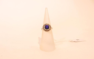 Ring in 18 karat white gold set with a sapphire in a diamond setting, t. 46, approx. 2 g.