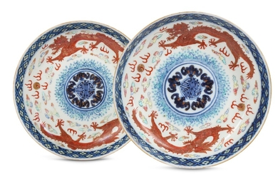 A PAIR OF CHINESE FAMILLE ROSE 'DRAGONS AND BATS' DISHES.