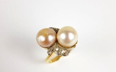 750 gold ring ‰ ‰ decorated with two cultured pearls and rose-cut diamonds, TDD 47, PB 6.4 g, in the finger direction
