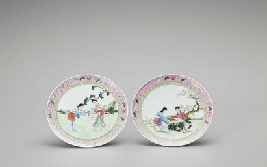 A PAIR OF FAMILLE VERTE PORCELAIN DISHES, 20TH CENTURY