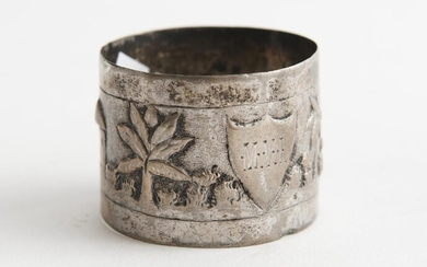 A SILVER NAPKIN RING WITH EMBOSSED AFRICAN SCENE AND ENGRAVED CREST, NO HALLMARKS, LEONARD JOEL LOCAL DELIVERY SIZE: SMALL