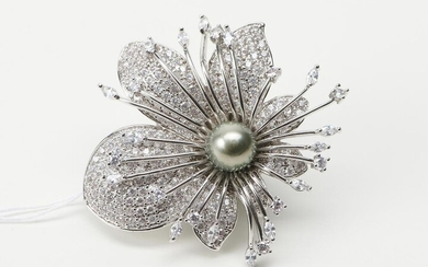 A TAHITIAN PEARL AND CUBIC ZIRCONIA FLORAL STYLE BROOCH IN SILVER, 50MM X 48MM