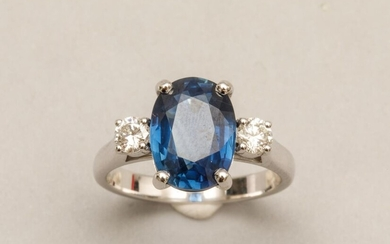 Ring in 18k white gold set with an oval Sapphire...