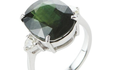 A SAPPHIRE AND DIAMOND RING IN 18CT WHITE GOLD, CENTRALLY SET WITH A CUSHION CUT GREEN SAPPHIRE OF 9.15CTS, SHOULDERED BY ROUND BRIL...