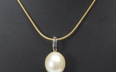 A SOUTH SEA PEARL AND SAPPHIRE PENDANT IN 9CT GOLD, THE OVAL SHAPED PEARL MEASURING 14MM, TOTAL LENGTH 27MM