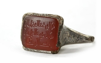 AN ISLAMIC NIELLOED SILVER RING SET WITH AN INSCRIBED