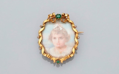 Brooch forming a garland of yellow gold, 750 MM, decorated with two emeralds and six roses, setting a miniature on mother-of-pearl, drawing a portrait of a young child, dimensions 3.3 x 2.3 cm, circa 1850, weight: 9.3gr. gross.