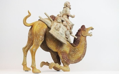 Mingqi, A Masterpiece - Terracotta -Rare Large Pottery Crouching Bactrian Camel and Sogdian Rider with Lynx - H 48 cm., L 51 cm. TL- China - Tang Dynasty (618-907)