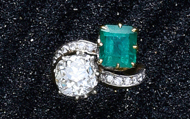 Ring for you and me in 750th gold tone with a step-cut emerald and a cushion diamond of about 3.2 ct in claw setting with lines of diamonds in grit setting.