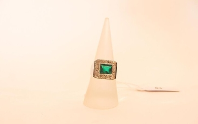 Ring in 18 karat white gold set with an emerald in a circle of diamonds, punched, t. 54, 6 g approx.