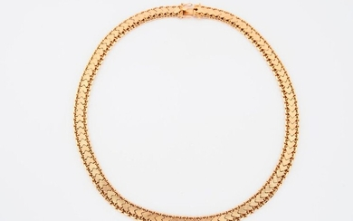 Yellow gold (750) articulated ribbon necklace with chiselled herringbone links.