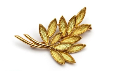18krt. Golden branch brooch, leaves with organic structure...