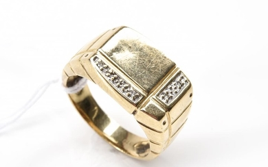 A DIAMOND SET SIGNET RING IN 9CT GOLD, SIZE T, TOTAL WEIGHT 5.4GMS