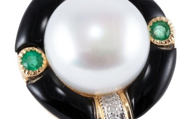 A PEARL AND GEMSET DECO STYLE RING; centring a 9.8mm cultured freshwater button pearl to surround of onyx and 2 round cut emeralds (...