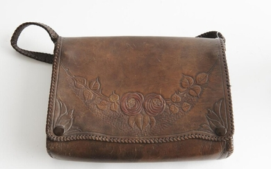 AN ANTIQUE LEATHER SHOULDER BAG STYLED IN BROWN LEATHER WITH FLORAL DECORATION, ATTRIBUTED TO THE GLASGOW SOCIETY OF LADY ARTISTS, 2...