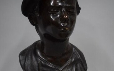 Bronze bust with black patina depicting a young boy with cap and cigarette, signed Je. Martino, marble base. Height: 32 cm - Height with base: 45 cm.