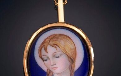 ENAMEL MEDAL PENDANT DECORATED WITH TWO SMALL RHINESTONES ON AN 18K YELLOW GOLD CHAIN. Price: 100,00 Euros. (16.639 Ptas.)