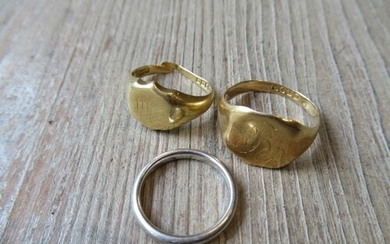 Two 18ct gold signet rings (one at fault), together with a p...