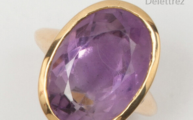 Yellow gold ring, set with an oval amethyst. Finger size: 56. P. Gross: 16.3g.
