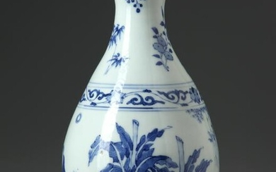 A CHINESE BLUE AND WHITE VASE, TRANSITIONAL-STYLE