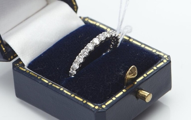A DIAMOND ETERNITY RING IN 18CT WHITE GOLD, TOTAL DIAMOND WEIGHT 1.38CTS, SIZE J-K, 2GMS
