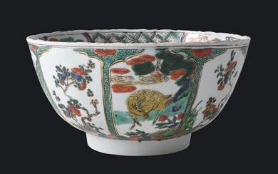 A LARGE CHINESE FAMILLE VERTE BOWL DECORATED WITHMYSTHICAL BEASTS - Porcelain - China - Kangxi (1662-1722)