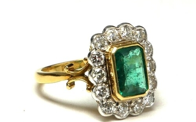 AN 18CT GOLD, EMERALD AND DIAMOND CLUSTER RING Having a trap...