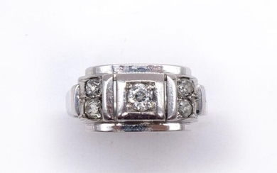 RING in platinum and 18K white gold holding five antique cut diamonds. French work. TDD: 55. Gross weight: 5.55 gr. A platinum, gold and diamond ring.