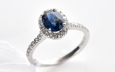 A BLUE SAPPHIRE AND DIAMOND CLUSTER RING IN 18CT WHITE GOLD, SIZE P, 4.2GMS