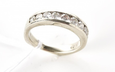 A DIAMOND DRESS RING IN 18CT WHITE GOLD, SIZE K, 4.5GMS