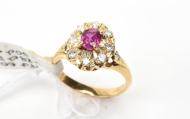A RUBY CLUSTER RING IN 18CT GOLD, SIZE M