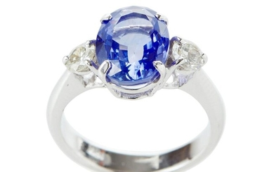 AN UNHEATED SRI LANKAN SAPPHIRE AND DIAMOND RING IN 18CT WHITE GOLD, CENTRALLY SET WITH AN OVAL BLUE SAPPHIRE WEIGHING 4.62CTS, SHOU...